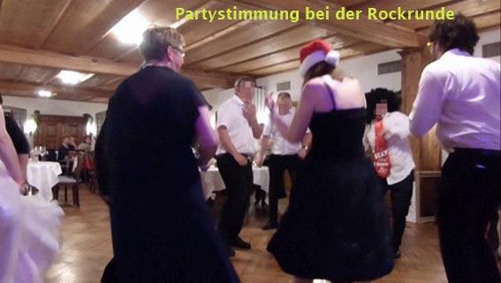 Partystimmung bei einer Rockrunde mit dem Braupaar und der Hochzeitsband Duo-Cara