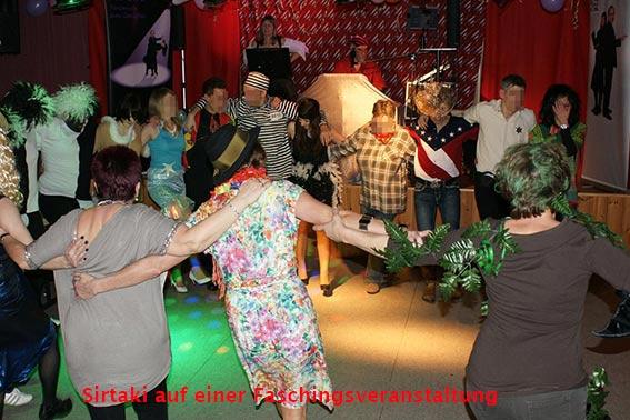 Sirtaki bei einem Fasching mit dem Musik-Duo Cara
