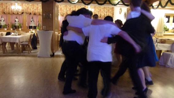 Sirtaki tanzende Gäste mit der Partyband & Hochzeitsband Ikarus