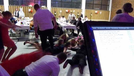 """Paddelnde Gäste beim Lied """" Surfin USA"""" mit der Partyband & Hochzeitsband Ikarus"""