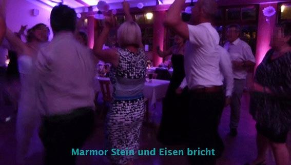 Brautpaar und Gäste feiern mit der Musik vom Hochzeits-Musik-Duo Cara